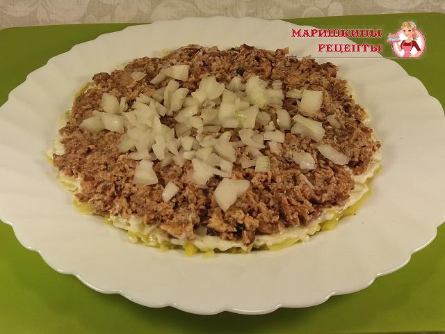 На картофель выложим сайру и слой лука