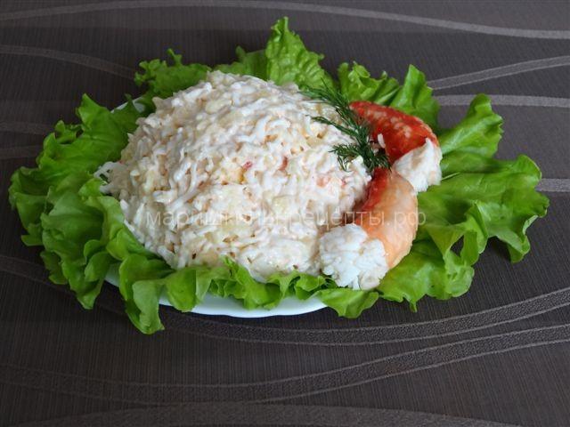 Салат с мясом краба с ананасами и сыром