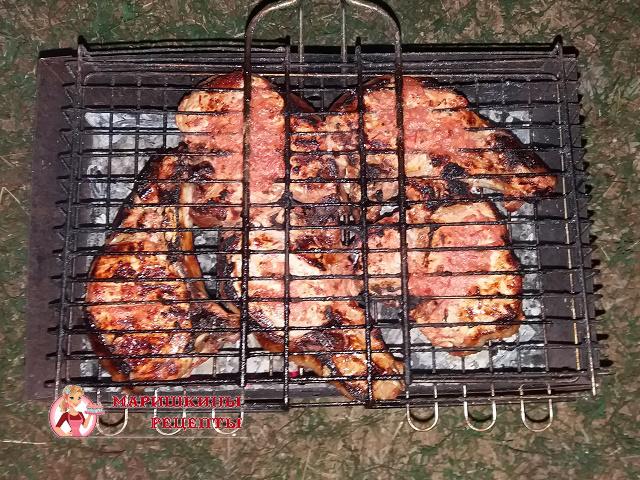 Обжариваем на мангале свинину со всех сторон