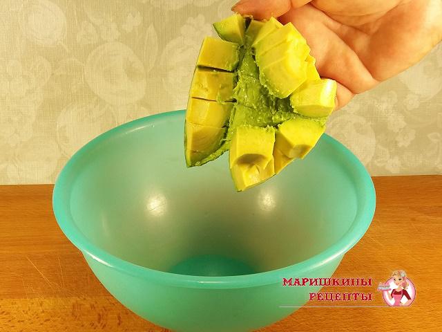 Нарежем авокадо на кусочки и отделим от шкурки