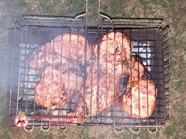 Выкладываем замаринованную свинину на решетку