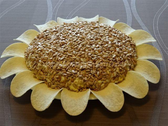салат подсолнух с чипсами курицей и грибами рецепт