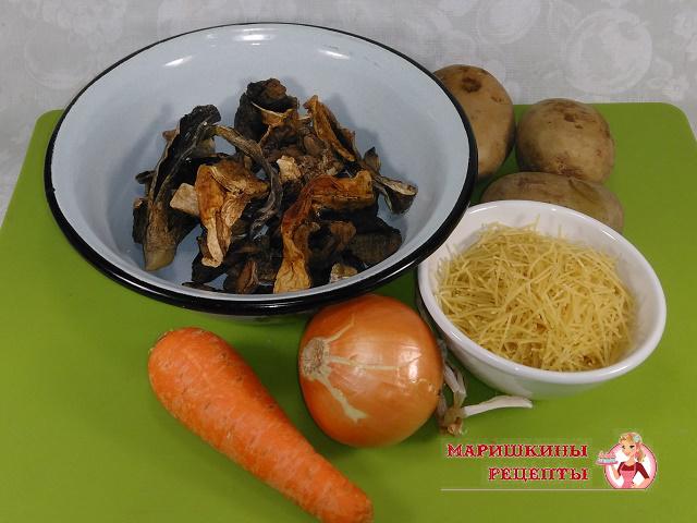 Ингредиенты для супа с лесными грибами на говяжьем бульоне