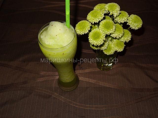 Зеленый смузи из киви с колотым льдом
