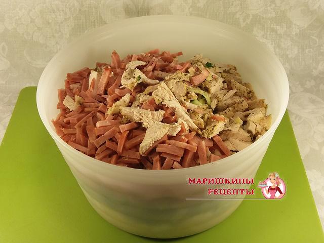 Нарезанную колбасу поместим в миску к предыдущим ингредиентам