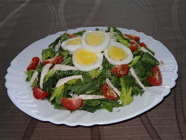 Салат со шпинатом, щавелем и курицей