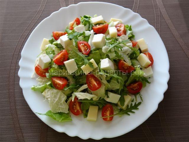 Зеленый салат с моцареллой и помидорами