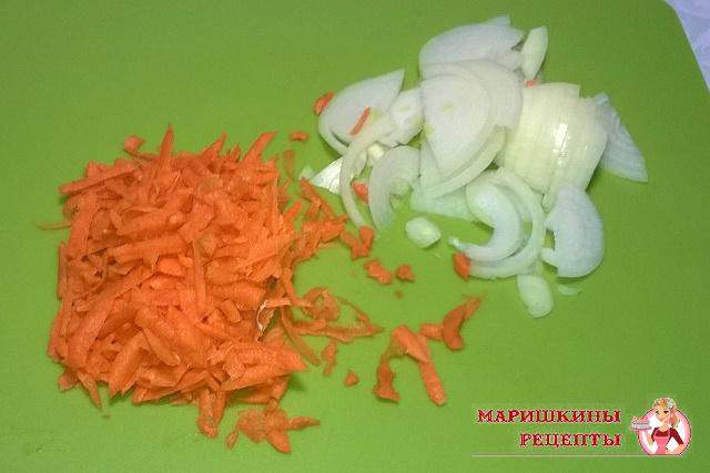 Порежем лук и морковь
