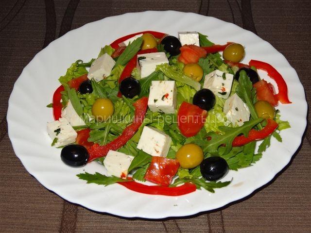 Летний салат с брынзой и маслинами