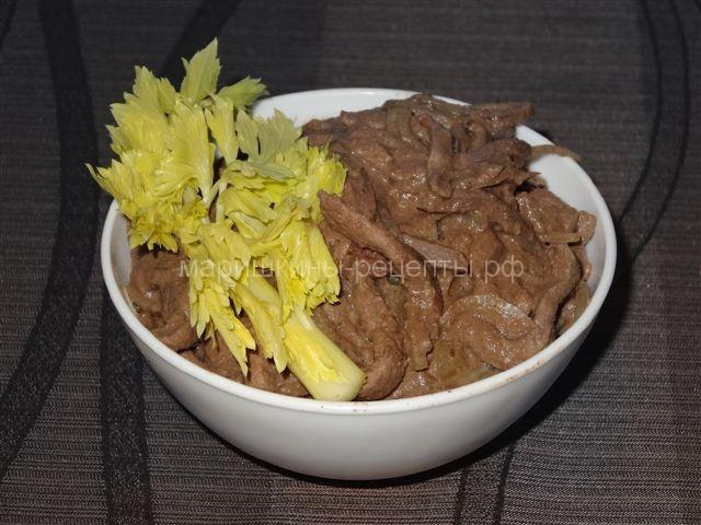 Говяжья печень тушеная с луком и помидорами