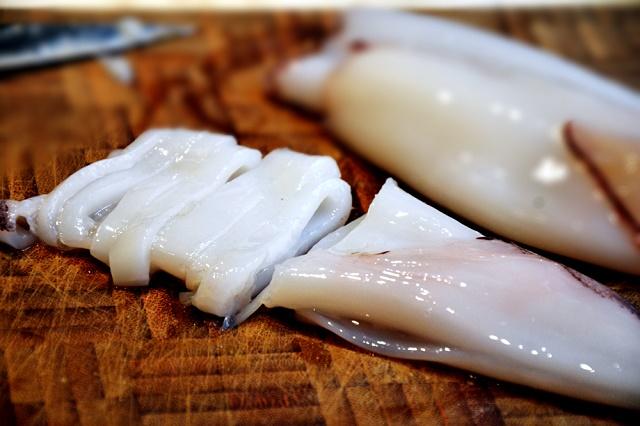 вкусная окрошка с палтусом кальмаром и креветками
