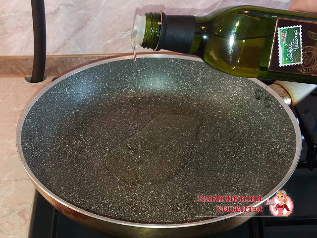 Наливаем на сковороду оливковое масло