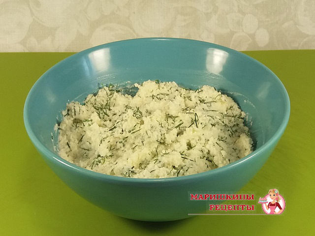 Перемешаем заправку из сыра майонеза чеснока и зелени