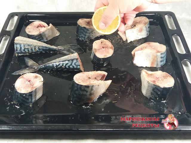Кусочки скумбрии выкладываем на противень, солим, перчим, поливаем лимонным соком