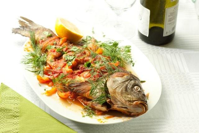 Запеченный сазан в духовке с овощами
