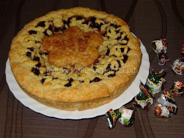 Пирог с вишневым вареньем из песочного теста