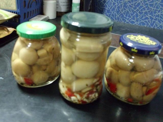 Простой салат с консервированными грибами шампиньонами