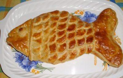 Простой рыбный пирог из слоеного теста