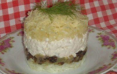Простой салат с курицей грибами и сыром