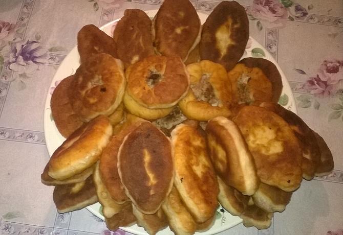 Жареные пирожки с капустой и яйцом на сковороде