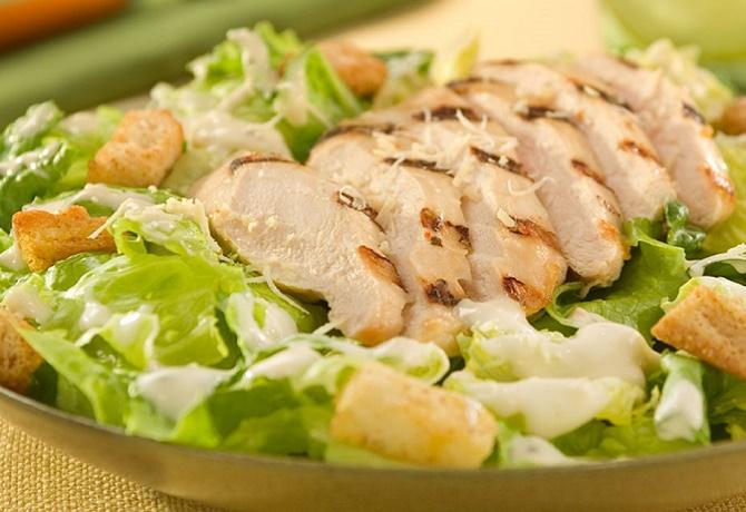 Простой салат Цезарь с курицей и сухариками