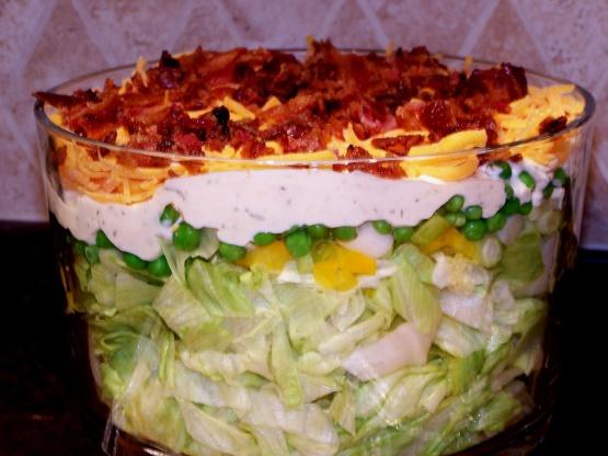 Салат слоеный с сыром Чеддер и огурцами