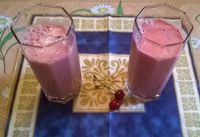 Освежающий вишневый смузи с молоком