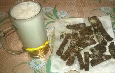 Домашние сухарики к пиву с чесноком и сыром