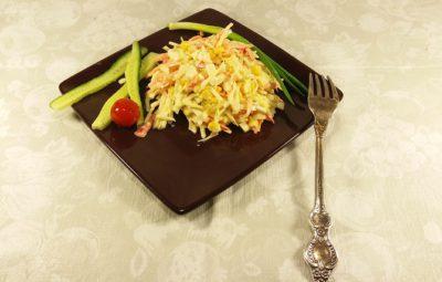 салат из свежей капусты с кукурузой и крабовыми палочками Золотая россыпь