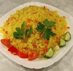 Рис с овощами на сковороде с куркумой для гарнира