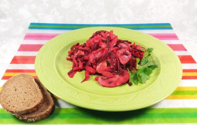 Вегетарианский салат из сырой свеклы и свежих шампиньонов