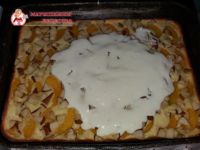 Смазываем пирог взбитой сметаной с сахаром