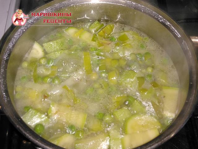 Добавляем в суп порезанный кабачок и зеленый горошек