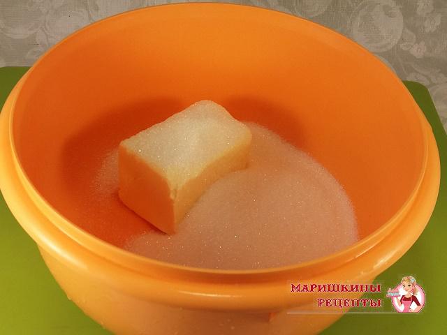 Размягченное сливочное масло взбиваем с сахаром
