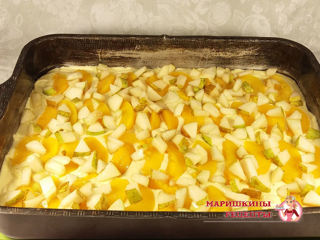 Укладываем на тесто кусочки персиков и груши