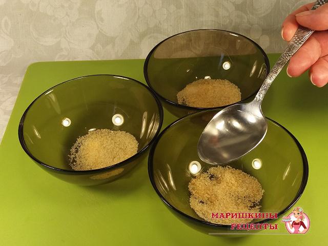 Насыпаем желатин в небольшие емкости