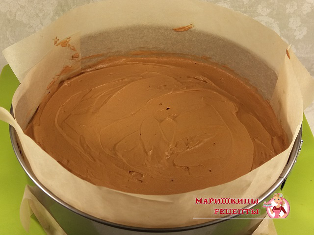 Выкладываем мусс из темного шоколада на корж