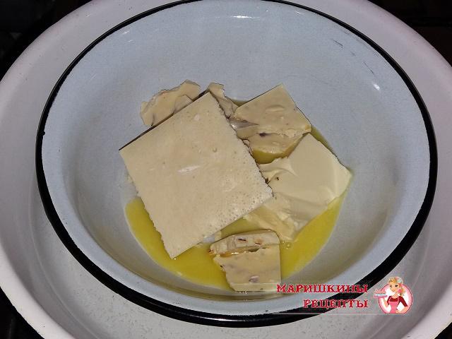 Растапливаем белый шоколад со сливочным маслом на водяной бане