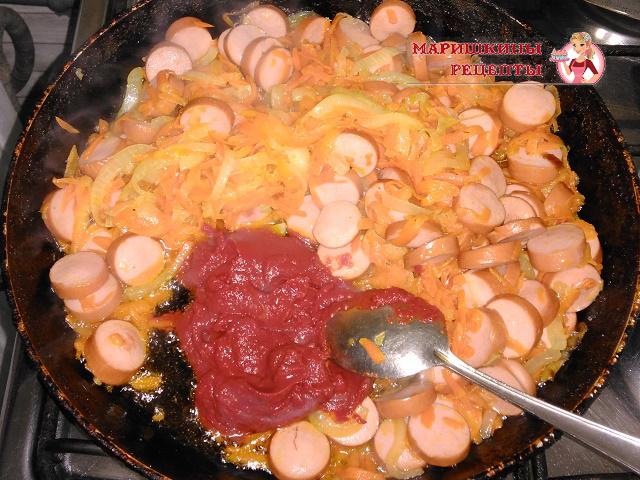 Добавляем в сковороду томатную пасту