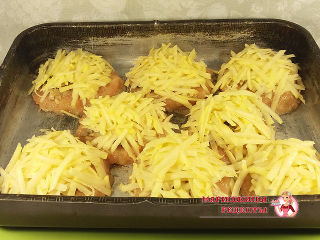 Выкладываем горкой картофель