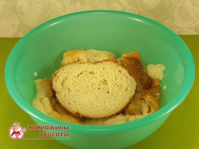 Накрошим белый хлеб в миску и зальем молоком