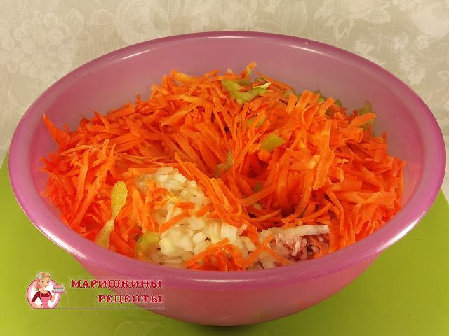 Болгарский перец и натертую морковь добавим в фарш