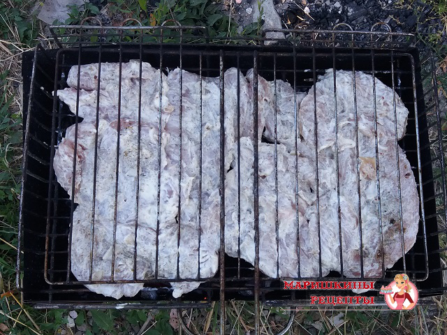 Выкладываем мясо на решетку и ставим на мангал