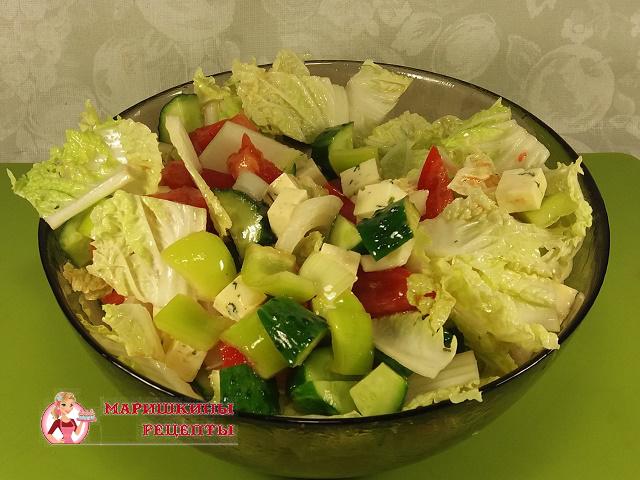Заправим салат оливковым маслом и перемешаем