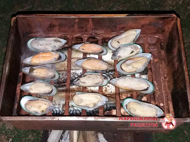 Укладываем решетку с мидиями в коптильню поверх рыбы