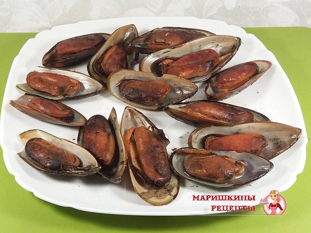 Выкладываем готовых моллюсков на блюдо
