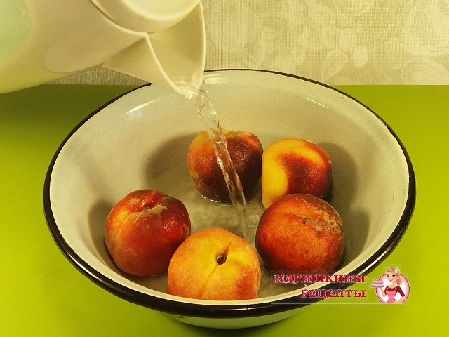Поместим персики в кипяток
