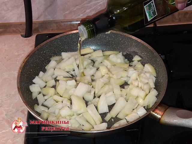 Поджарим репчатый лук на сковороде
