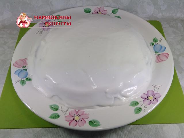 Размазываем крем по всей поверхности торта