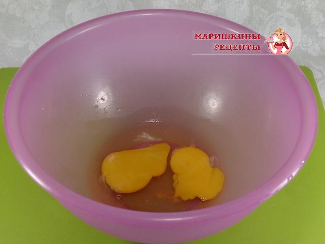 Разбиваем в миску куриные яйца